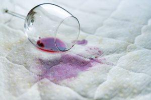 Flecken aus Bettdecke mit Hausmittel entfernen